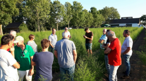 Deelnemers maken een ronde langs de nieuwe aanplant