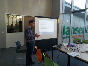 Anton van de Velde vertelt over organische stof tijdens de bijeenkomst stamslaboon